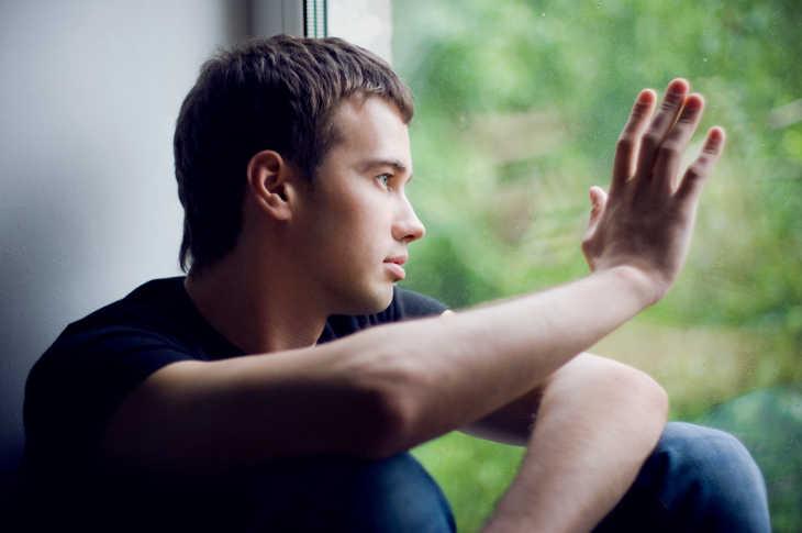 Стеснительный парень-интроверт